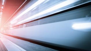 Juna kulkee nopeasti raiteilla