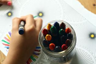 Lapsi piirtää