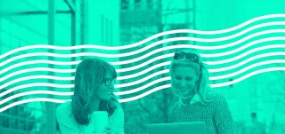 Naiset kannettavan tietokoneen ääressä